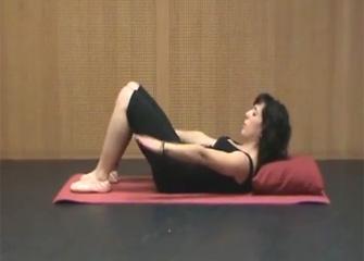 Mujer tumbada en ejercicio de pilates